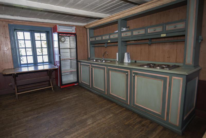 Kjøkkenbenken med oppvasskummer og kokeplater, samt kjøleskapet. (Foto/Photo)
