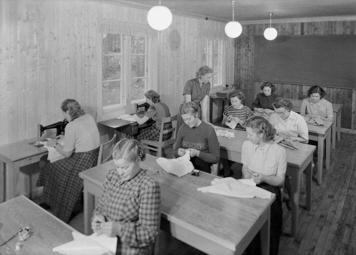 Elever i aktivitet på Fylkesyrkesskolen på Dovre