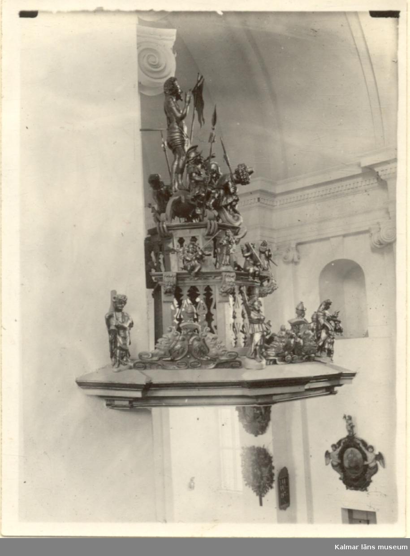 Interiör av Kalmar domkyrka. Baldakinen över predikstolen. Domkyrkan är byggd i barockstil. Kyrkobygget startades 1660 och slutfördes 1703. Invigningen skedde 1682 i en långt ifrån klar kyrka. Arkitekt Nicodemus Tessin den äldre.