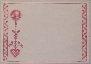 Brickduk broderad i Hallandssöm med rosa bomullsgarn på vit halvlinne