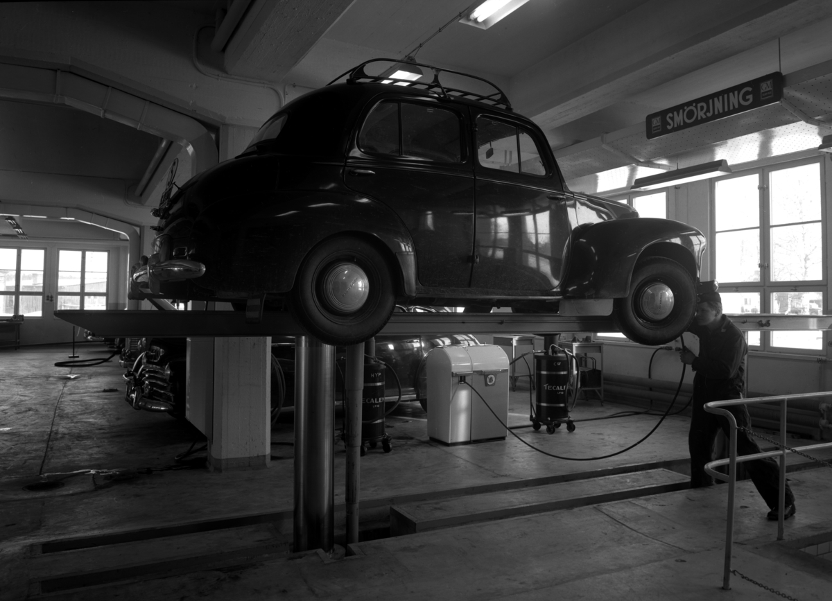 Verkstadsinteriör från Motorkompaniet som låg vid Nobelrondellen, på den plats där det nu finns en snabbmatsrestaurang. Bilden från mitten av 1950-talet.