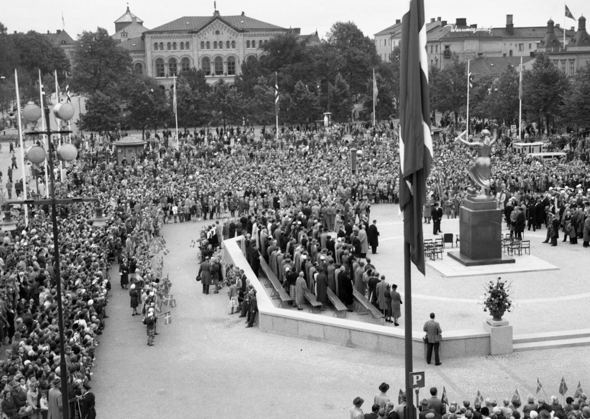 Kungabesök år 1955 vid Fredsmonumentets avtäckning. Verket är skapat av bildhuggaren Ivar Johnson.