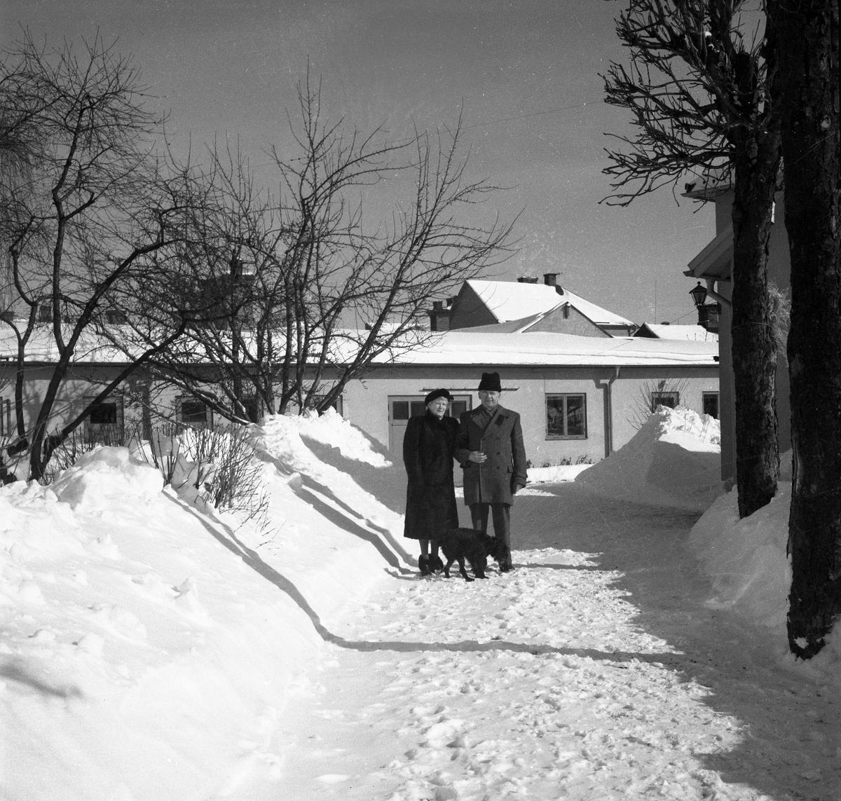 Paul Larsson med fru utanför sin villa på Karlagatan 34 1952.
