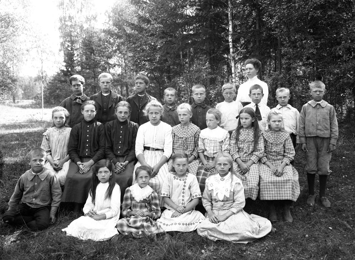 Elever i Alsters skola på en bild tagen runt 1910.