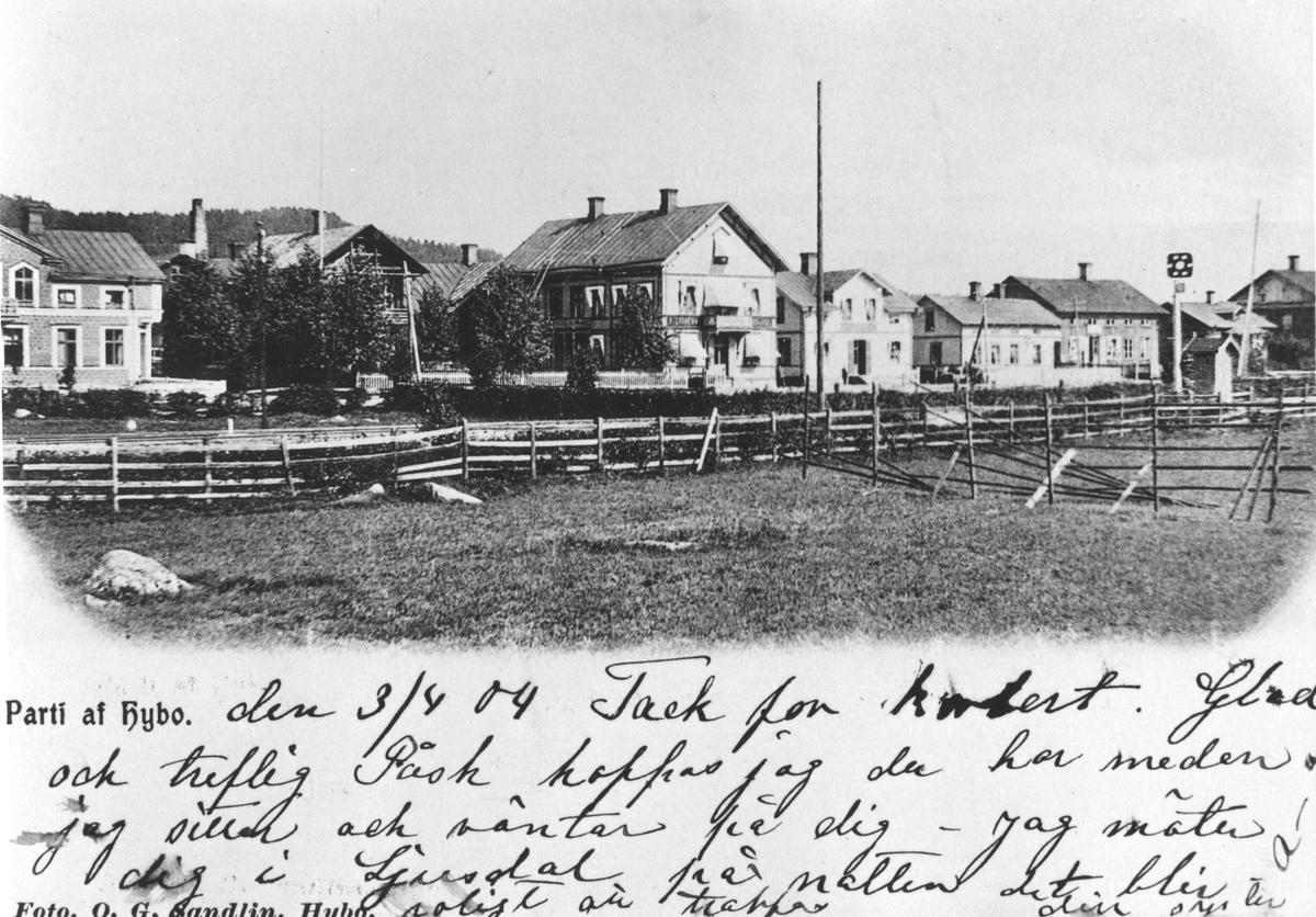 """Hus och Byggnader i Hybo, fr.v. Stenhuset, Bryggeriet( med skorstenen), Lungrens affär, Fr. Janssons affär, """" Rullan"""", Handelsbolaget, """" Tysk-Hecklas""""(Lilla kafeét) och 1:a kasern. Rullan fick heta så för att man rullade huset till sin plats från närheten av järnvägen."""