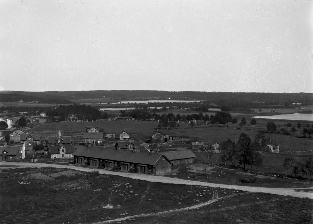 """Vy över Herrhagen norrut från vattentornet år 1890. I bakgrunden syns från vänster: Svinbäckens gård, Åttkanten på sin ursprungliga plats bortom nuvarande stickspåret till hamnen, Kroppkärrs skola och herrgård. Mitt i bild, den i folkmun kallade """"liggande skyskrapan"""", revs 1932 och var då den sista kvarstående nödbostaden som uppfördes efter branden 1865. Fläckigt original."""