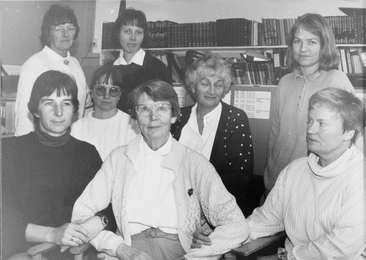 Personalet på Holm skole sammen med rektor Inger Kogstad (i midten foran). Kan være i forbindelse med nedlegging av Holm skole.