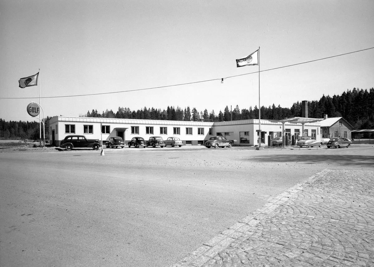 En Gulfmack i korsningen Karlstadsvägen–Parkgatan i Arvika fotograferades 56-05-30. Se ytterligare info i kommentarsfältet.