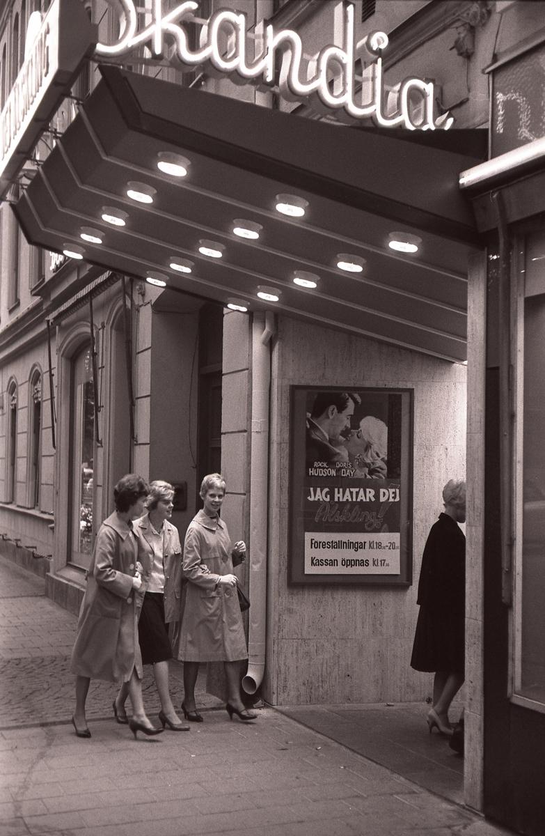 På fotografisk vandring med Bertil Ludvigsson i 1960-talet. Kommentera gärna om du vet något om bilden.