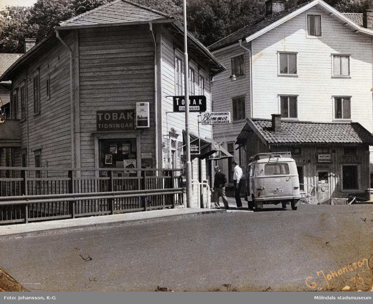 Forsebron i Mölndal, år 1973. Till vänster ses huset Götaforsliden 1-5 och till höger Roten M1.