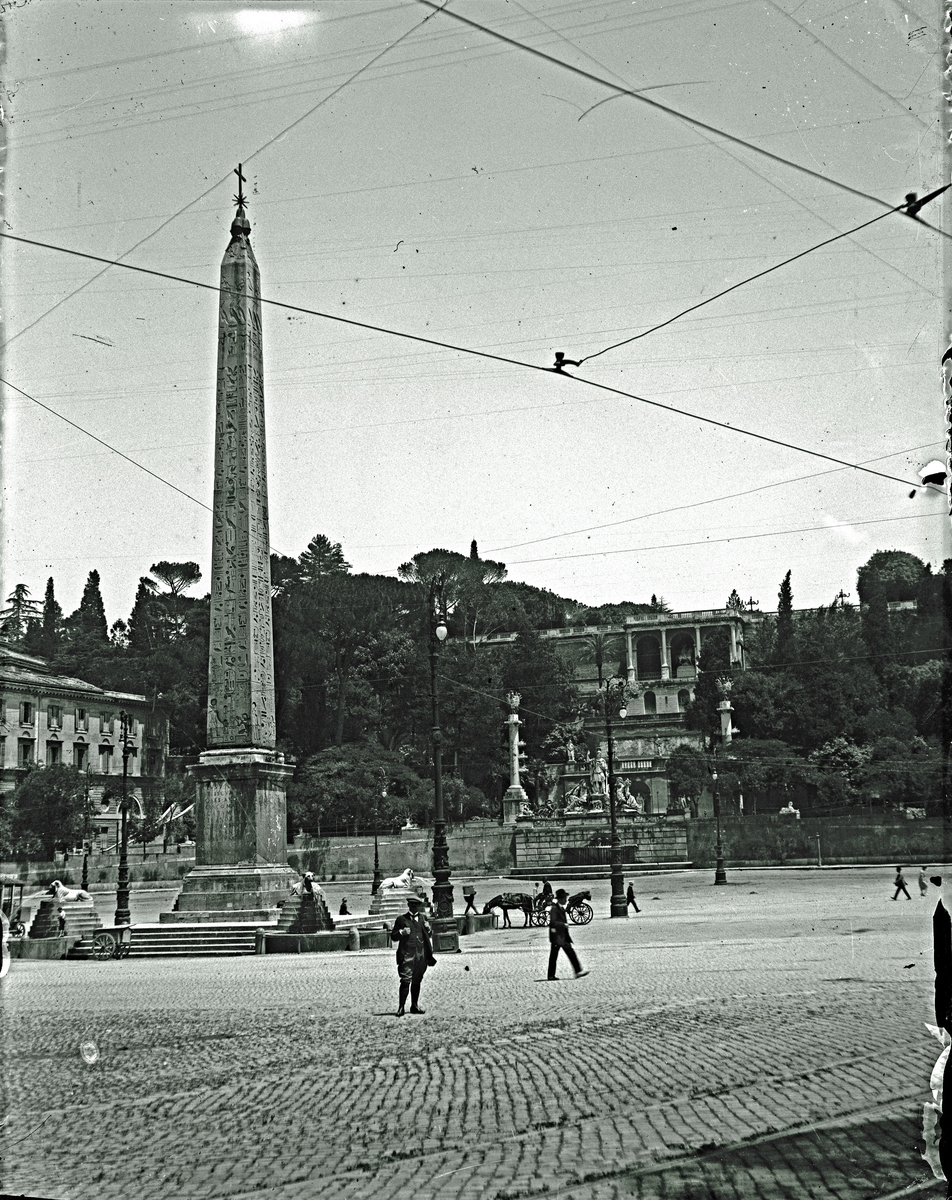 Obelisk ? Fotograf okänd.