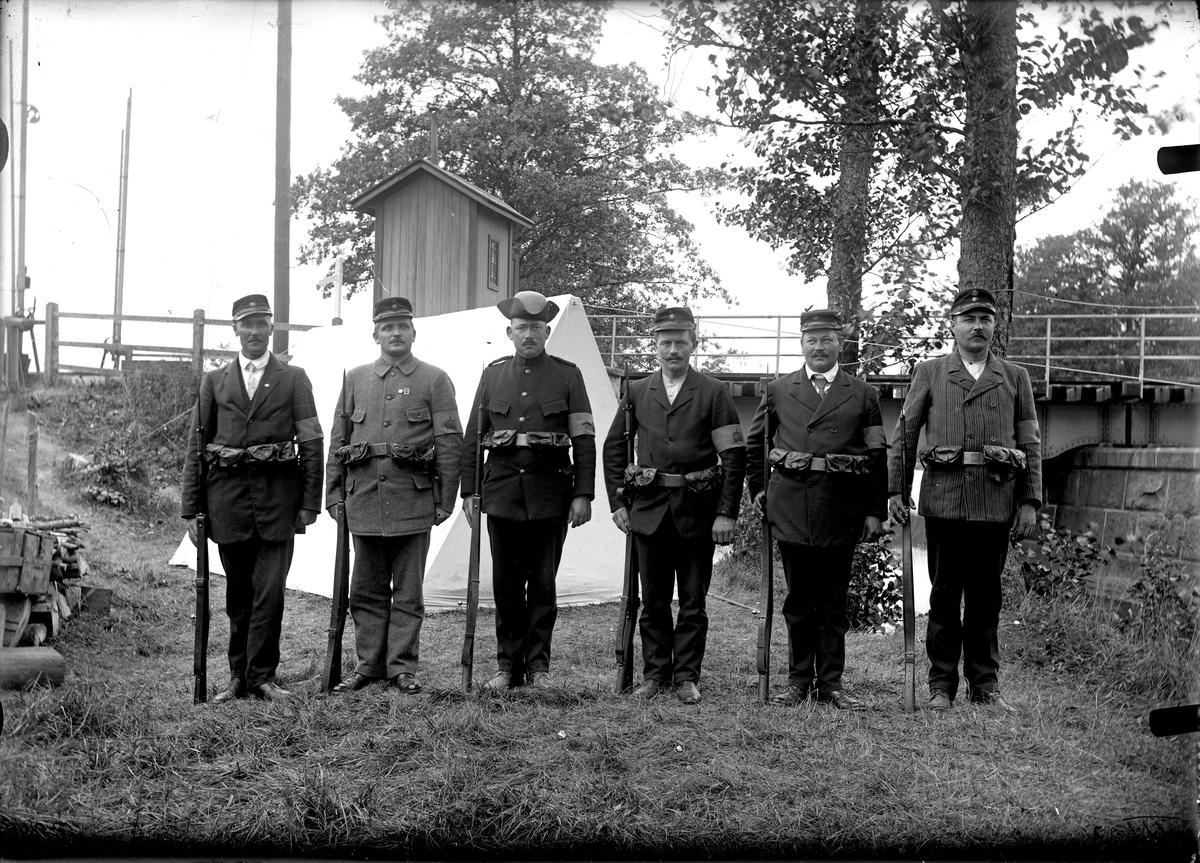 Manskap och befäl under bevakningen av Östunabron 1918-1920. Fotograf E Sörman.
