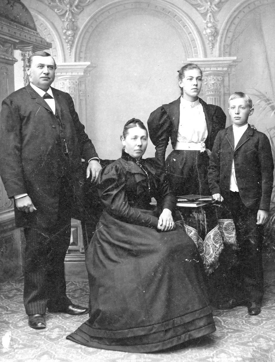 J. Wadstein med fru Maria och barnen Anna och Maria