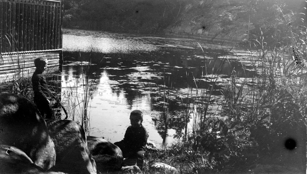 Två barn vid sjön. Fotograf Alfred Bergendahl. Givare H Bergendahl.