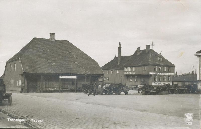 Det Nordenfjeldske Dampskibsselskabs pakkhus og Tavern (Foto/Photo)