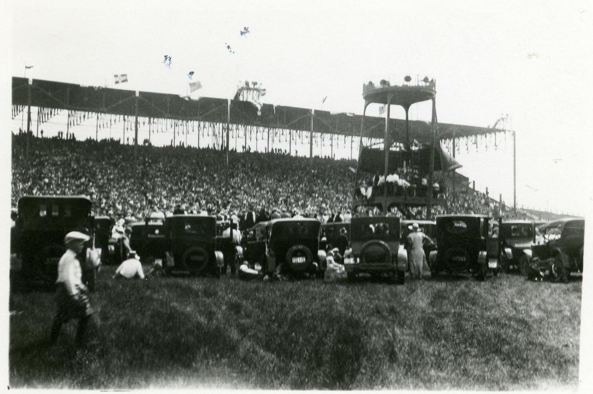 Bildene viser et stevne i Amerika 07.06.1925. Statsråd Oftedal taler.