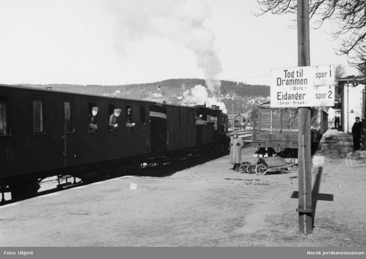 Larvik stasjon med smalsporet tog i spor 1 og skilting, tyske militære