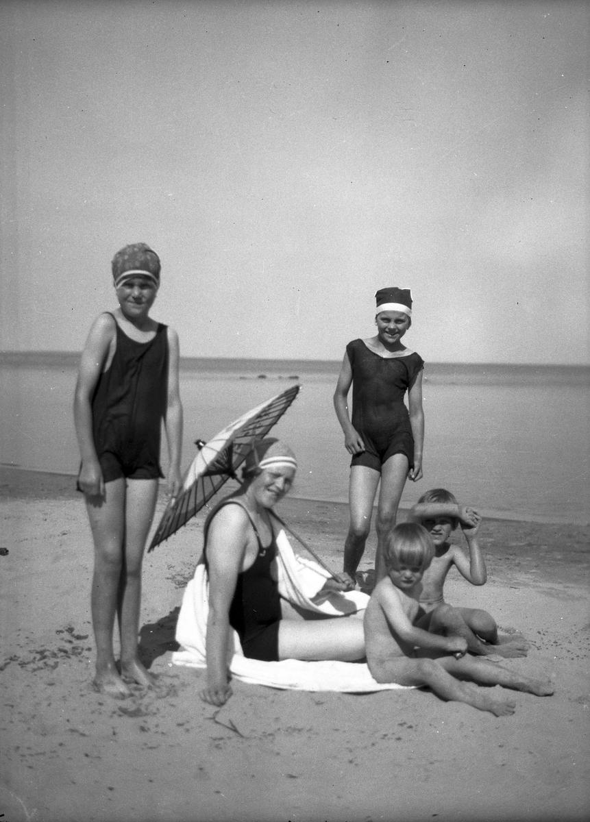 Elna Brundin med sina fyra barn, från vänster Karin, Ingrid, Eva och Sören. Det är i Rullsand och det torde vara 1925.
