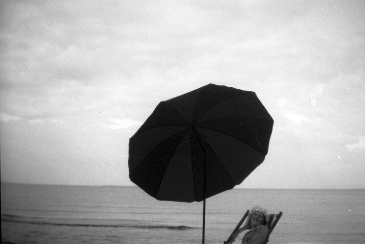 Elna Brundin tillbringade sin sista sommar vid Rullsand 1930, det här är en bild från det tillfället. Hon fick hjälpas ner till stranden för att sitta i en solstol och skyddades av ett stort parasoll mot alltför stark sol.