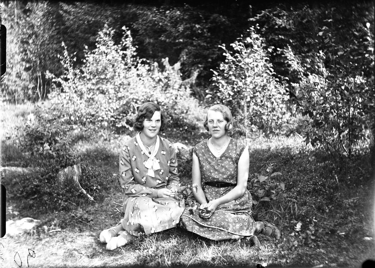 Kvinnan t.v. är Sigrid Emilia Brosten född 1912 i Annefors. T.h. Lisa Gren, född Söderlind, Grannäs, Alfta.