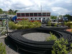 Kabelkveiler med lageret i bakgrunnen (Foto/Photo)