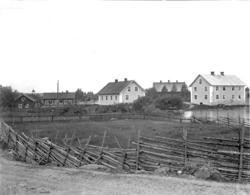 Foto från glasbruket i Transjö.Byggnaden med tre skorstenar
