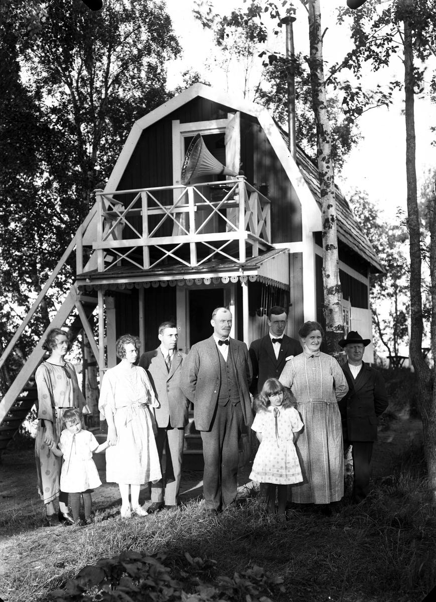 Gruppfoto utanför sommarbostad, lägg märke till trattgrammofonen.