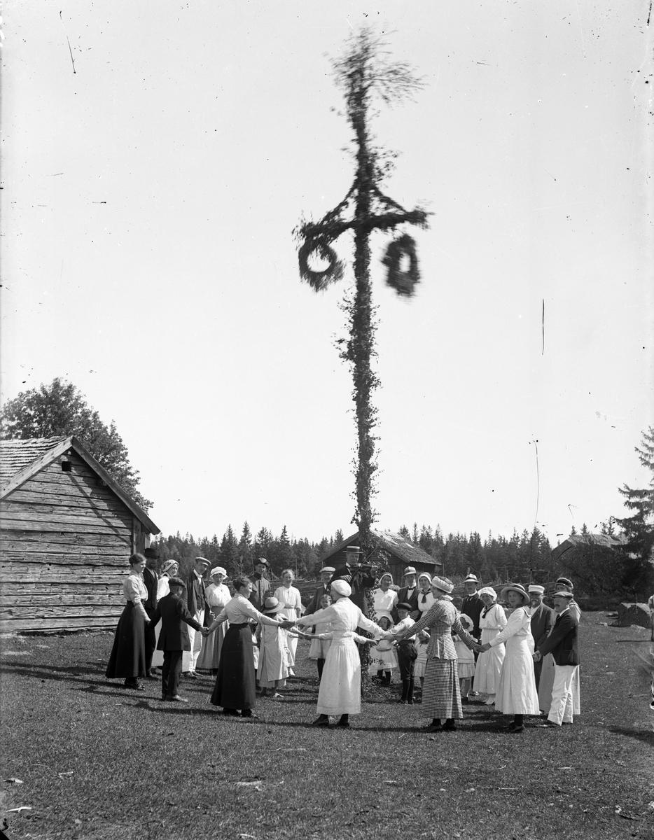 Midsommardans, troligen vid Högbackens fäbodar, 1910-tal.