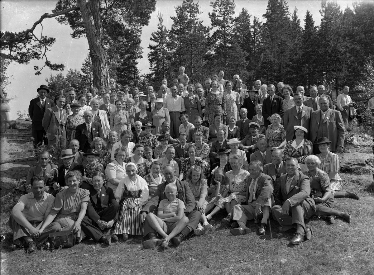 Gruppbild i skogen.