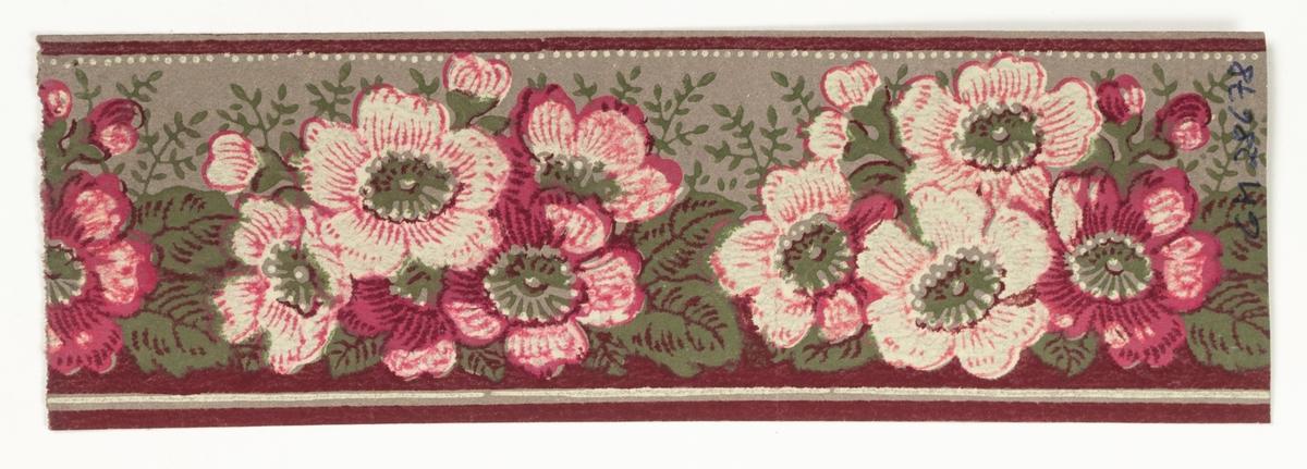 Tapetbård med blomstergirland i mörkrött, rosa, olivgrönt och gråvitt på obestruken botten av gråbrunt genomfärgat papper. IB