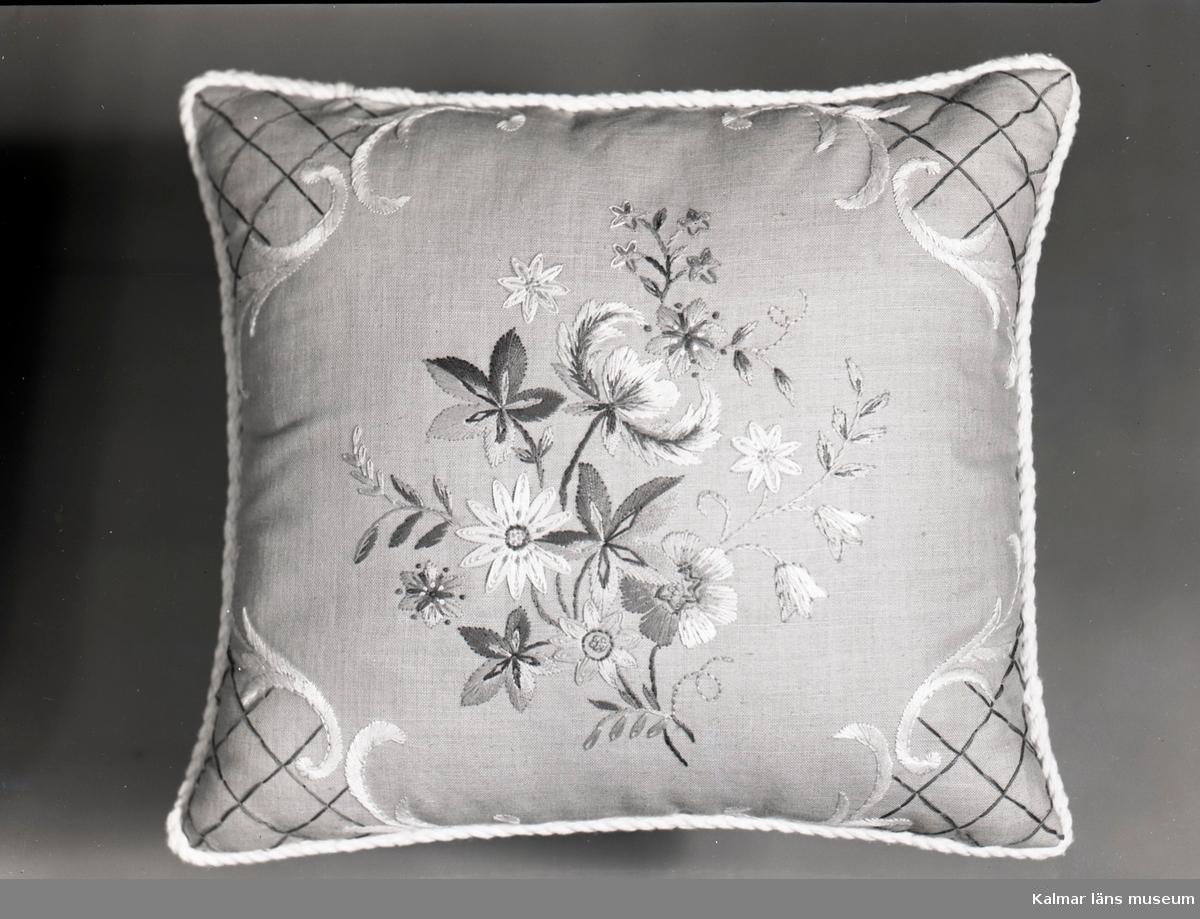 Broderad kudde med blomstermotiv från Birgittas Handarbetsaffär, som låg på Södra Långgatan.