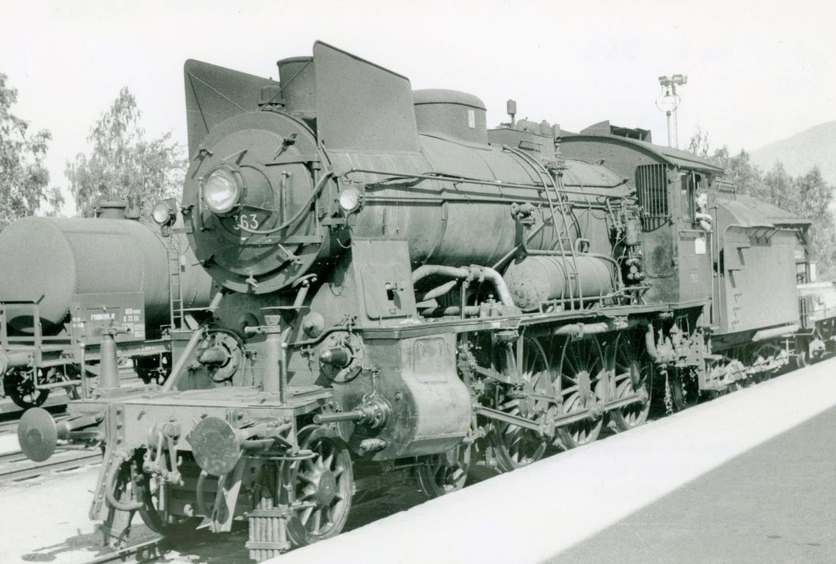 Damplokomotiv type 30b 363 med grustog på Lillehammer stasjon.
