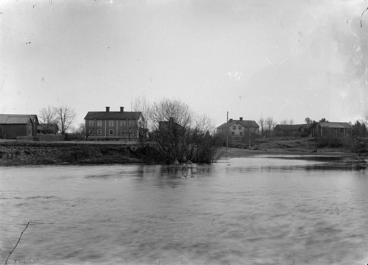 Åsmundshyttan nr 2 till vänster och nr 5 till höger. Foto från Kvarnbron, 1920-1927.