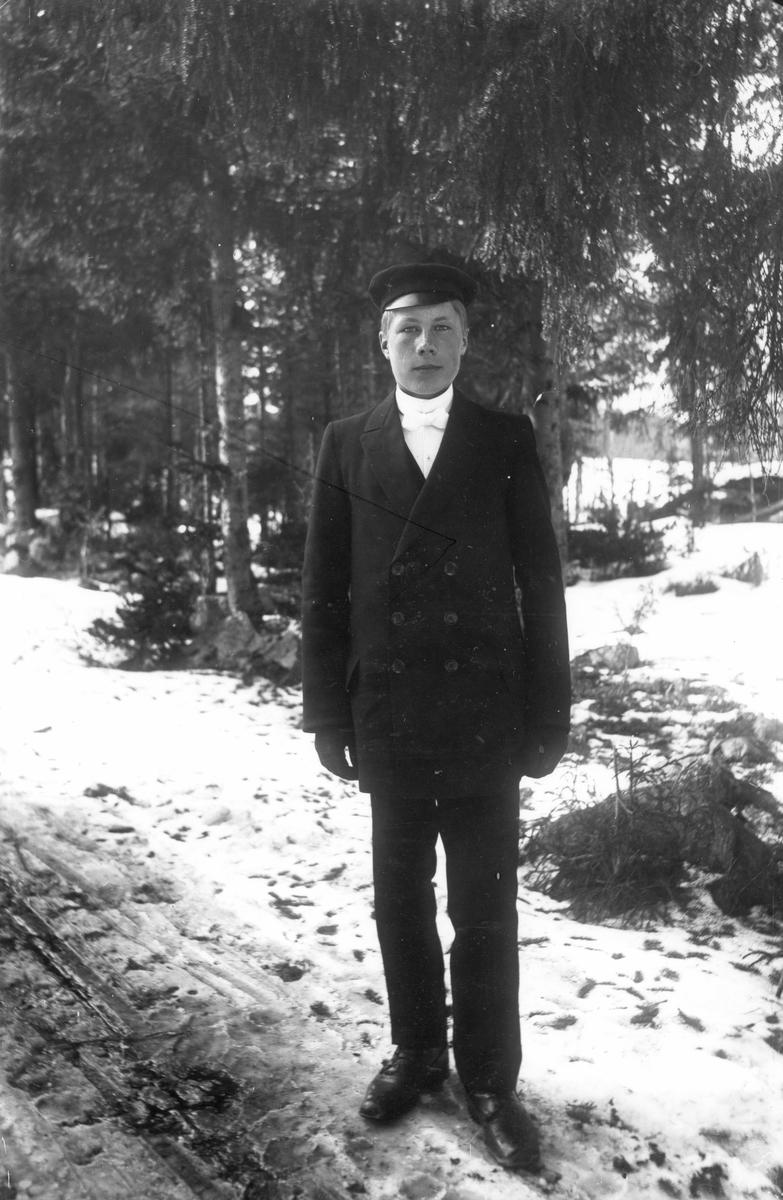Karl Olsson från Kattnäs, född 1900, från Lenninge 4:47, 48.
