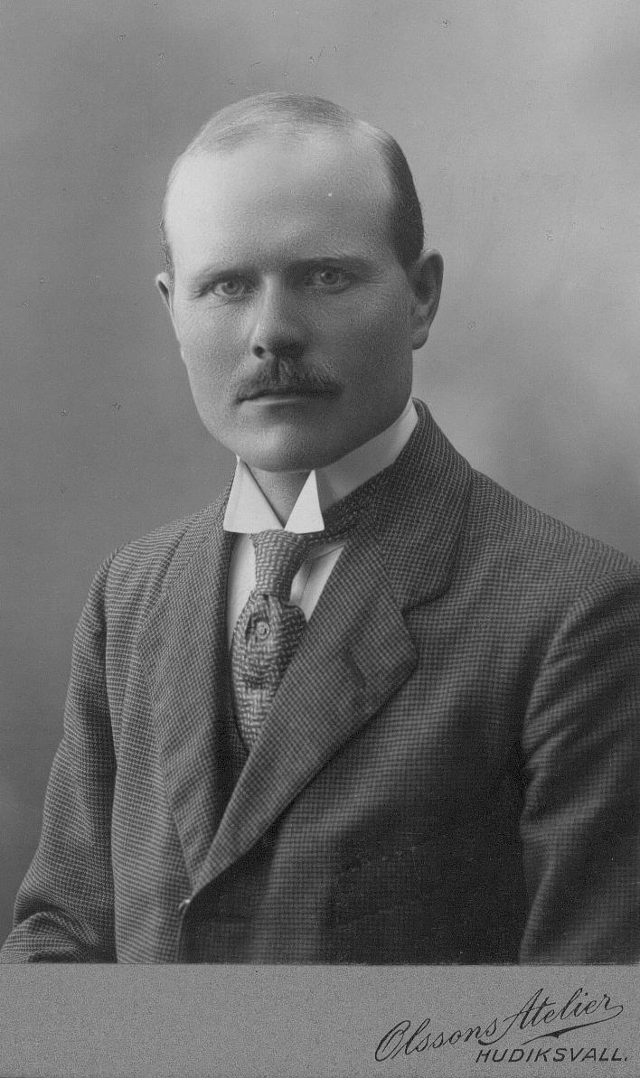 Stefan Bergman, Bäck Forsa, född 30/9 1886. Hemmansägare, Kommunalf.ledamot, Landstingsman, Utgivare av Hudiksvalls Tidningen