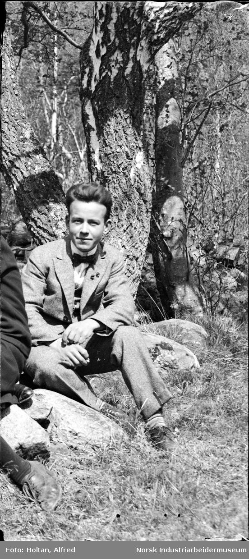 Selvportrett. Alfred Holtan Utløser holdes i høyre hånd til fotografen.