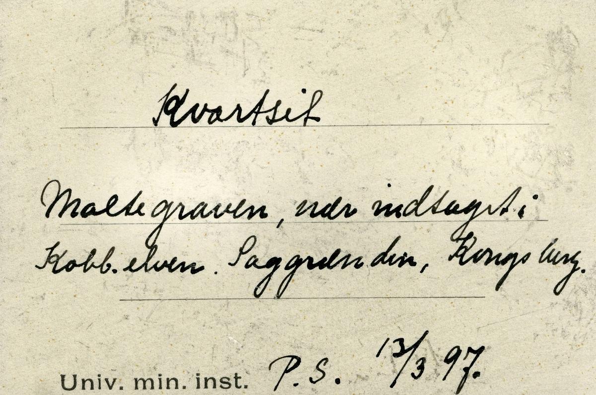 To små prøver  To etiketter: Etikett 1: Kvartsit Maltegraven, nær indtaget i Kobb. elven. Saggrend, Kongsberg. P.S. 13/3 97.  Etikett 2: Kvartsit Maltegraven, nær indtaget i Kobb. elven. Saggrenden, Kongsberg. P.S. 13/3 97.