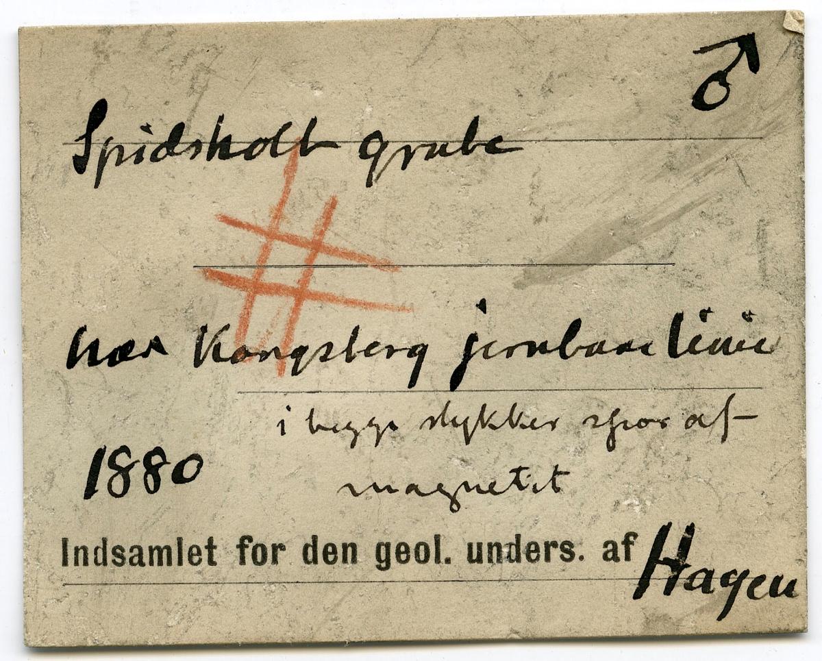 To prøver, begge med etikett: No 51  Etikett i eske: Spidsholt grube nær Kongsberg jernbanelinie. I begge stykker spor af magnetit 1880 Indsamlet for den geol. unders. af Hagen