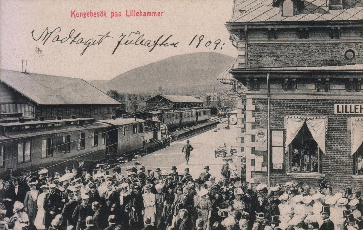 Kroningstoget fra Oslo til Trondheim for Kong Haakon og dronning Maud kjører inn på Lillehammer stasjon 15. juni 1906.