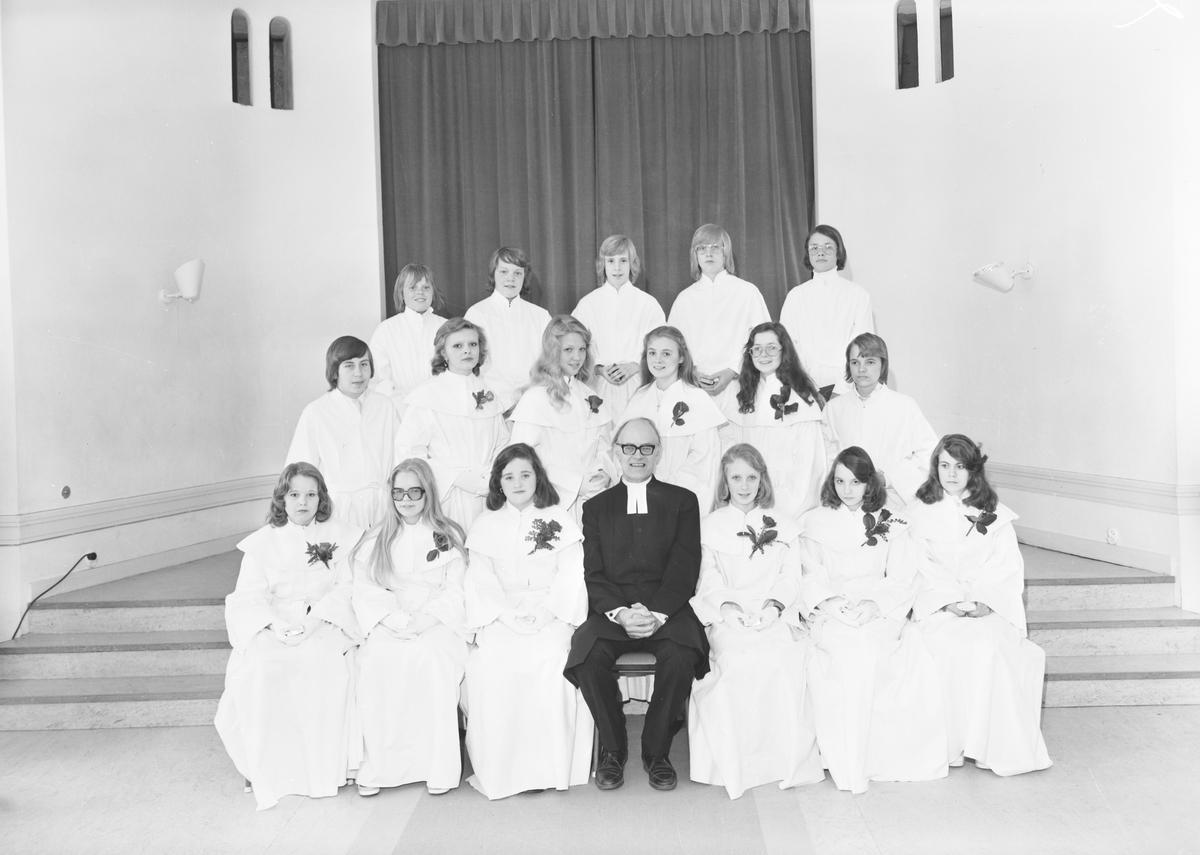 Konfirmationsgrupp i Heliga Trefaldighets Församling Den 4 maj 1974
