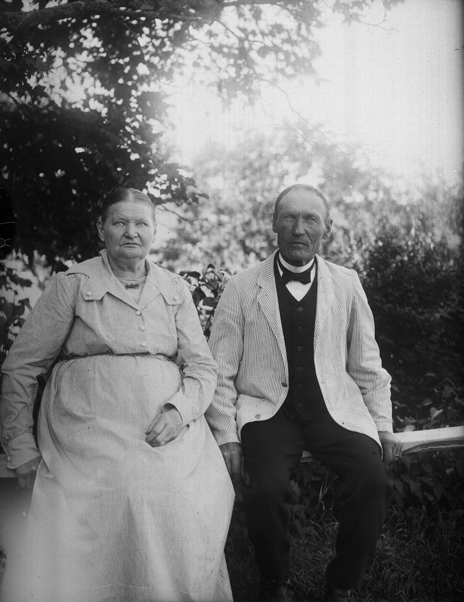 """""""Karolina och August Alinder på gungbrädet"""", Sävasta, Altuna socken, Uppland 1921"""