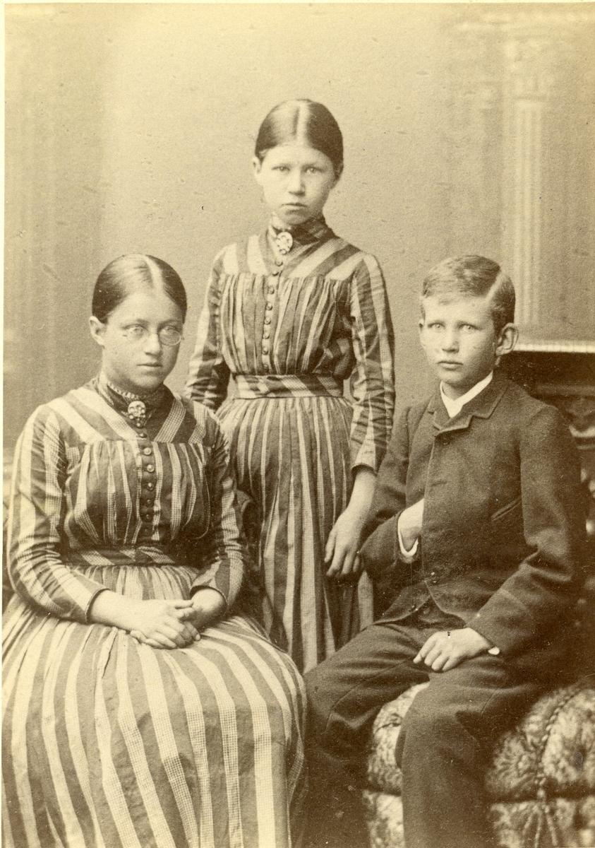 Portrett av 3 ungdommer, 2 jenter og en gutt. Tatt i Amerika.