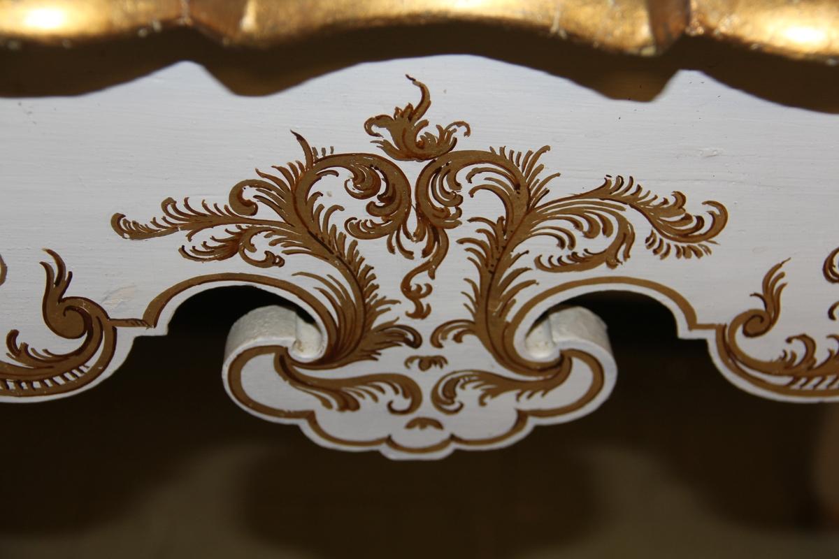 Hvitmalt trebord med gulldekor. Rokokkoinspirert. Malt på nytt av maler Kastrup fra Mandal.