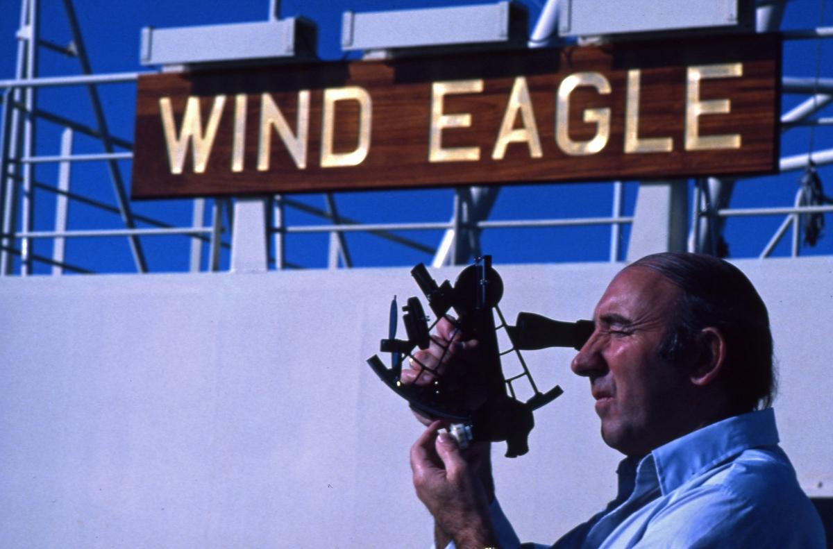 Kapteinen på T/T 'Wind Eagle' (b. 1977, Kockums Varv, Malmø, Sverige), måler skipets posisjon med sekstant.