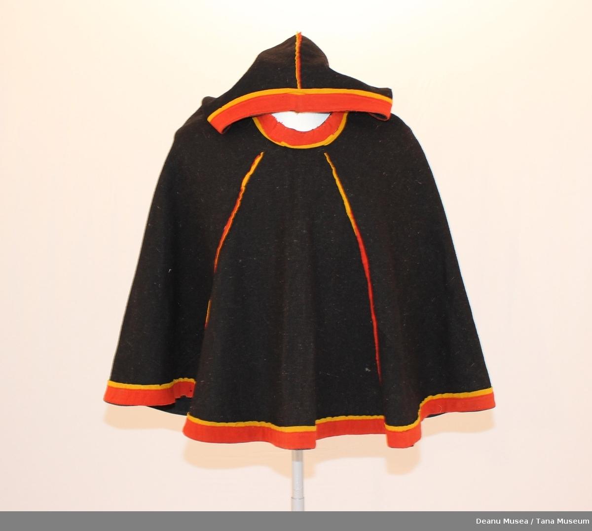 Luhkka i sort klede med rød og gul kantkleder.