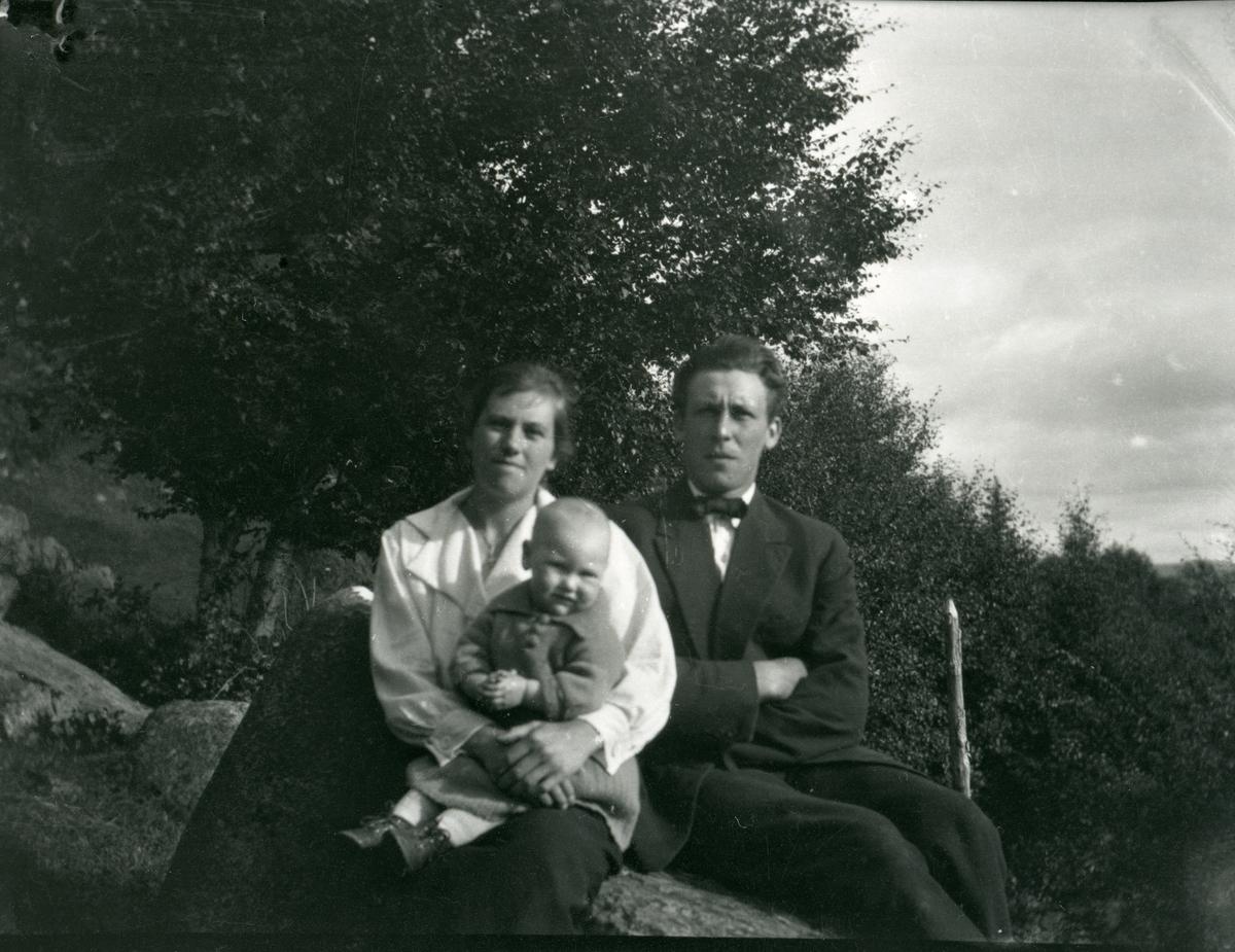 Einar og Nelly Skåren med barn.
