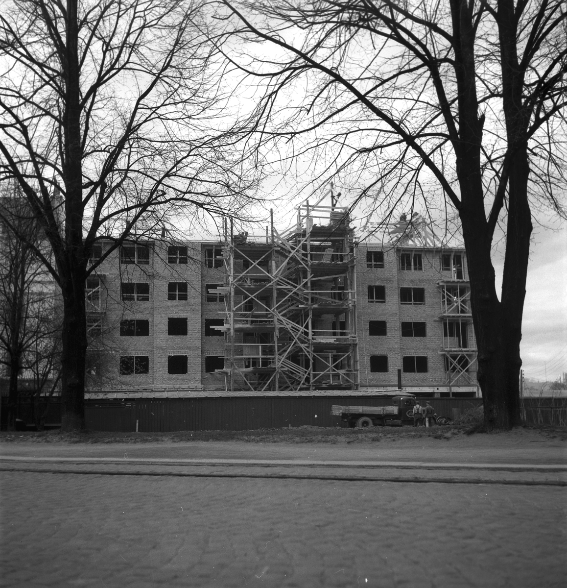 Brynäsgatan. Taklagsfest på femvåningshus.               3 maj 1949.