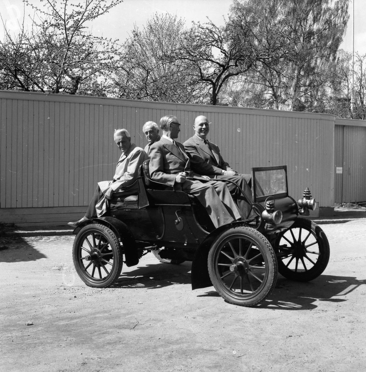 Hovotograf Carl Larssons första bil Oldsmobile 1904 års modell som inköptes 1907 av fabrikör Södergren, Gävle. Nådde en topphastighet på 40 km/tim. Bilen fick en ny start hos Tage Berglund, Överhärde och hamnade till slut på Länsmuseet skänkt av AB Bröderna Hansson.