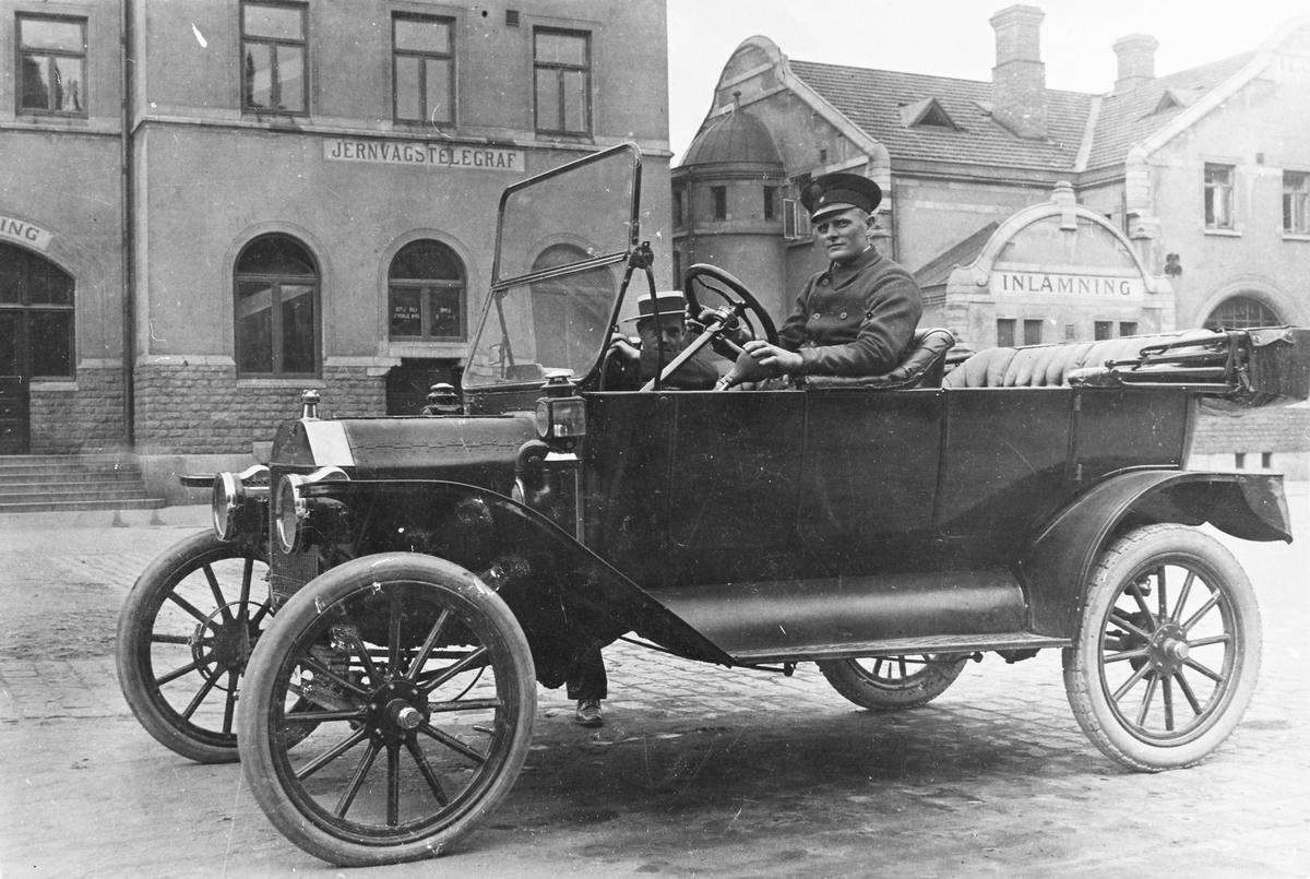 En T-Ford 1913-1914 framför Centralstationen i Gävle.