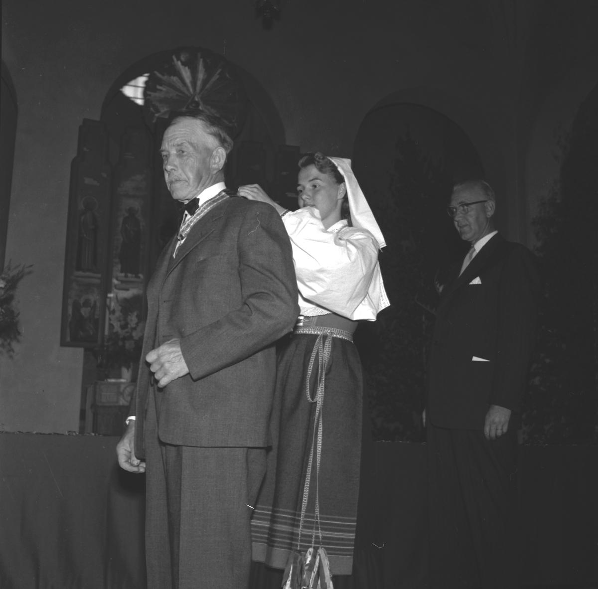 Medaljutdelning i Staffans kyrka, Brynäs. 100-årsjubileum. 1855-1955. Korsnäs AB.